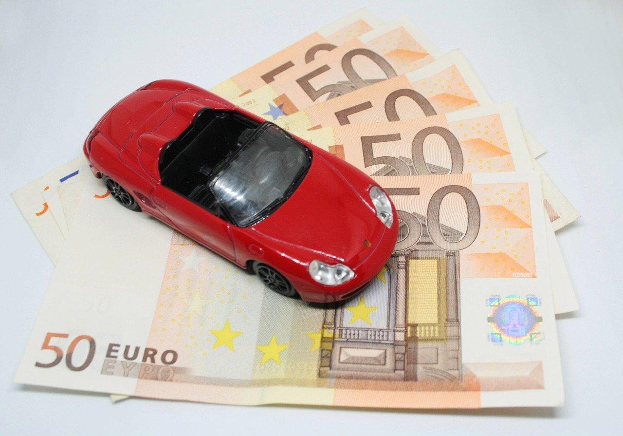voiture miniature sur liasse de billet