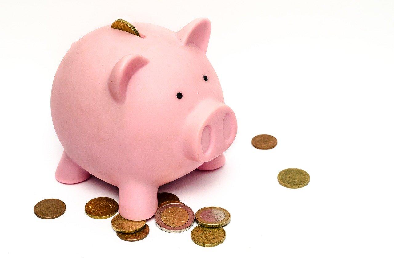 Tirelire cochon avec monnaie ressortie