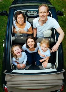 famille heureuse en voiture