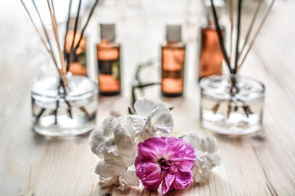Diffuseur, parfum avec des fleurs blanches et rose