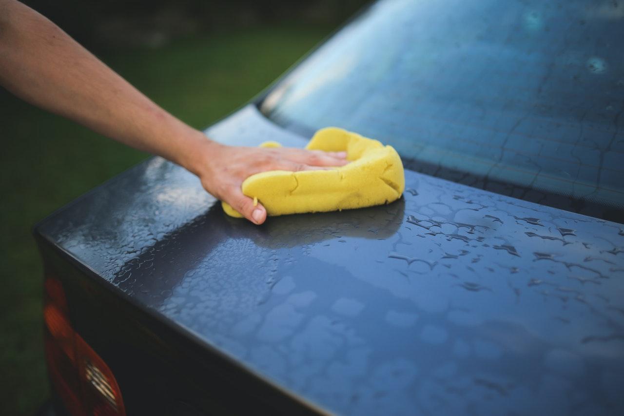 Nettoyage voiture avec une éponge
