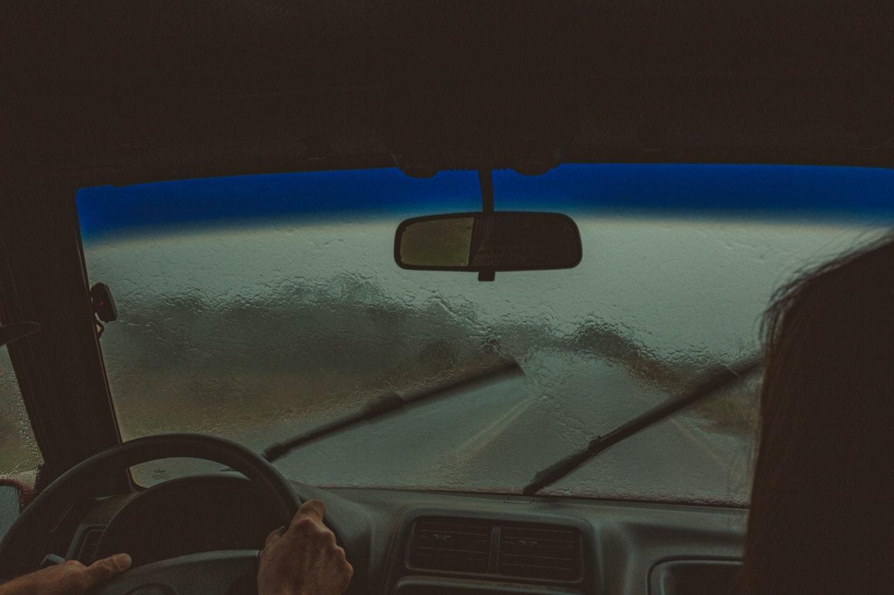 Pare Brise, voiture roulant sous la pluie