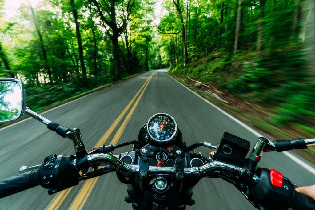Guidon de moto, vitesse, rouler en foret