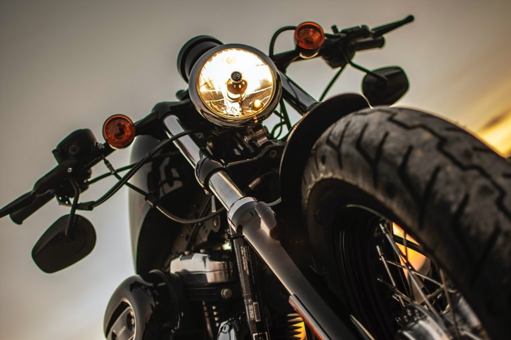 Moto de la marque Harley Davidson avec phare allumé