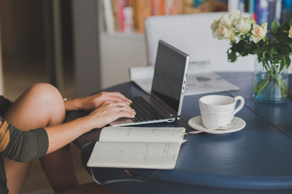 Personne assise devant ordinateur travaillant
