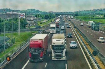 camions et voitures sur l'autoroute